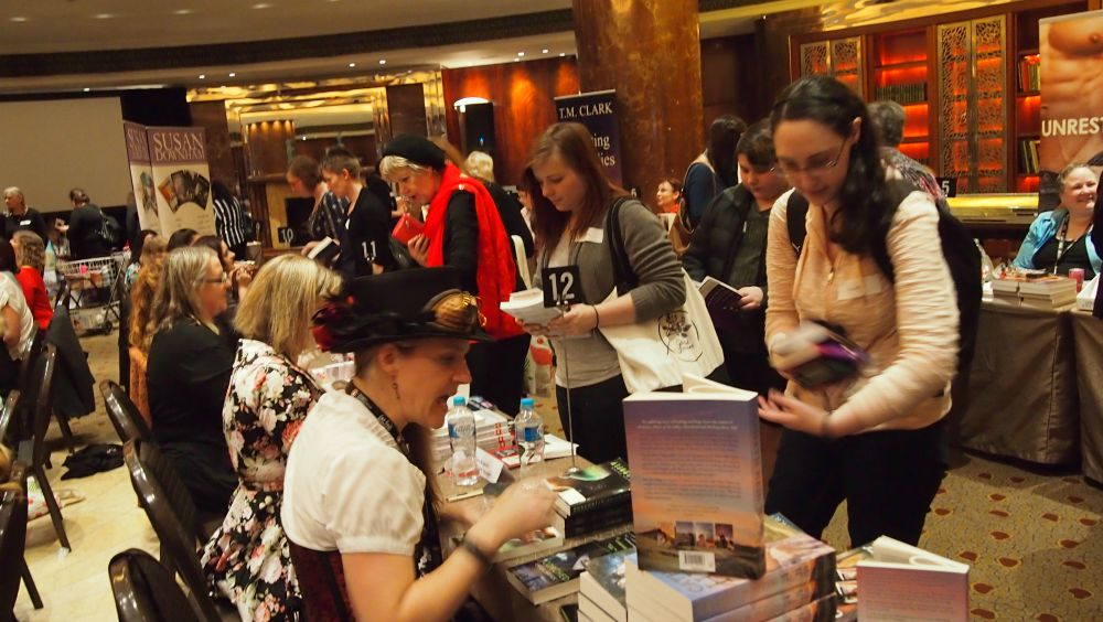 ARRA Booksigning - fans lined up